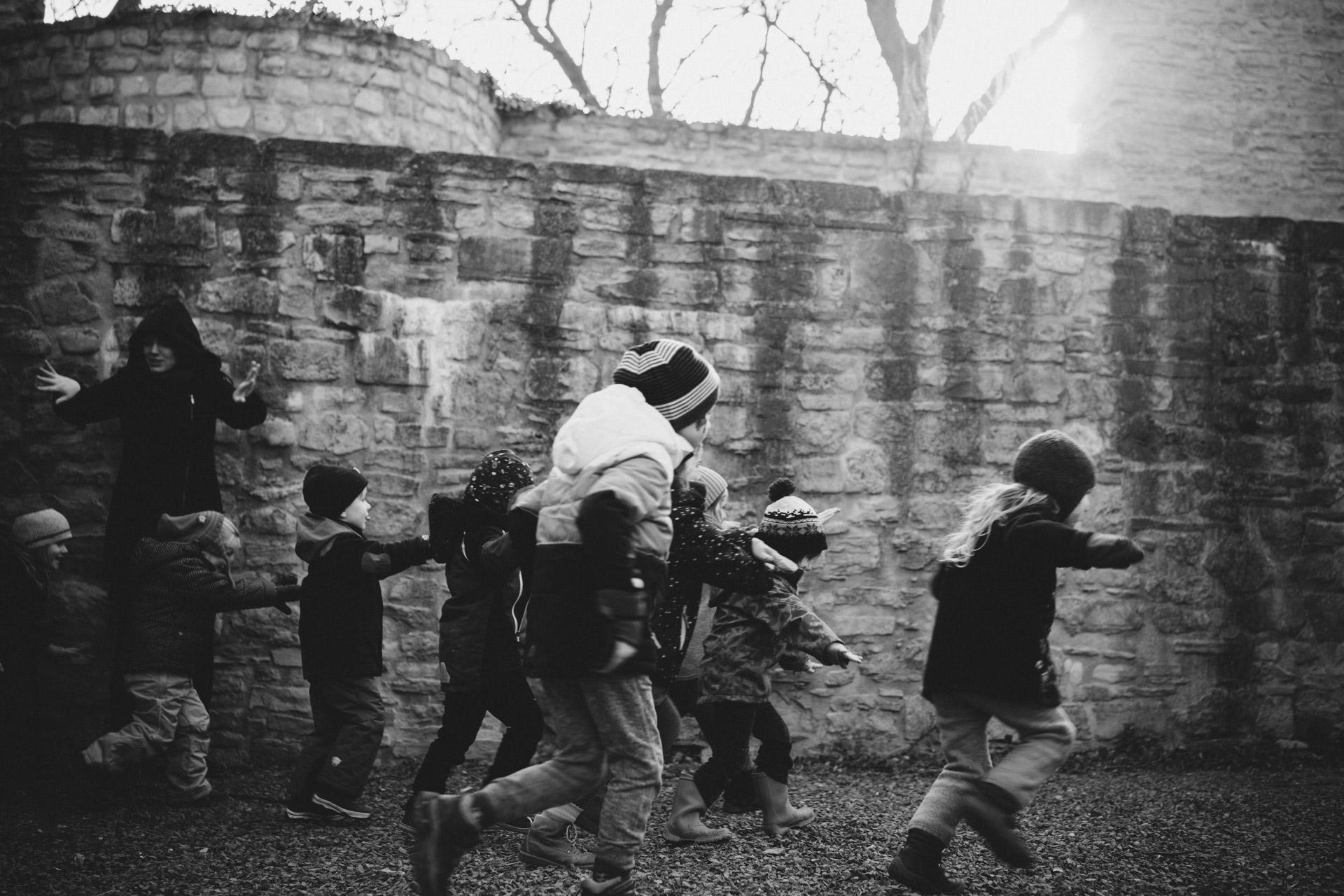 Familienreportage Berlin: Kinder rennen von links durchs Bild