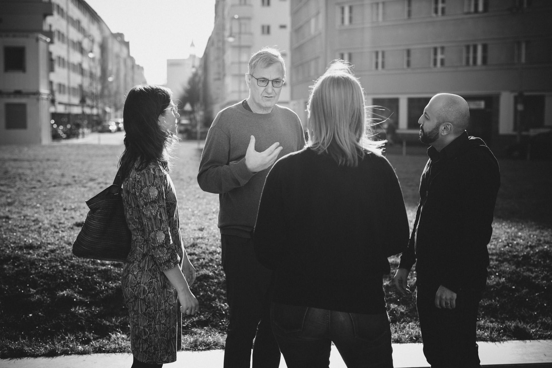 Reportage Politik: Parteivorsitzender Bernd Riexinger unterhält sich mit Gruppe